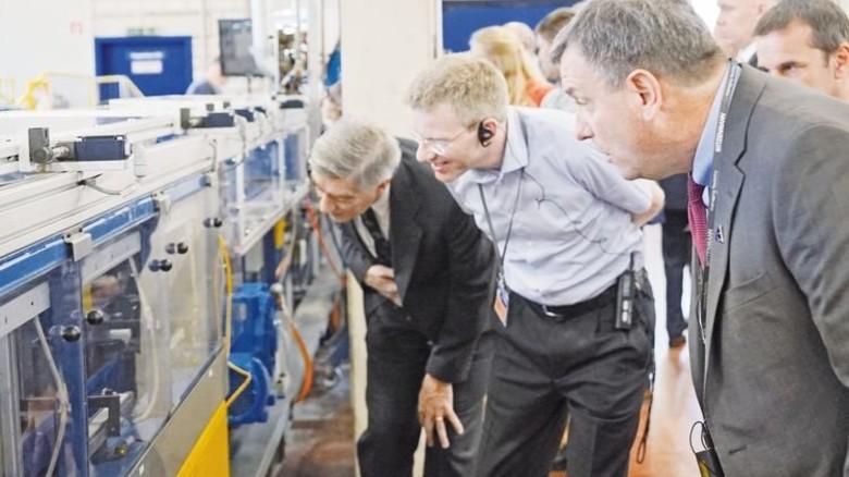 Hightech-Bauteile: Eine Abordnung der Nasa besucht Witzenmann in Pforzheim. Foto: Werk