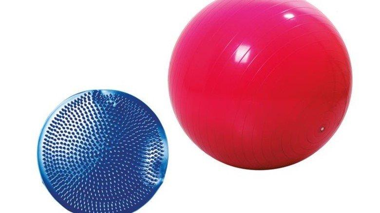 Balancekissen und Ball: Sprechen tiefere Muskeln an. Foto: Adobe Stock