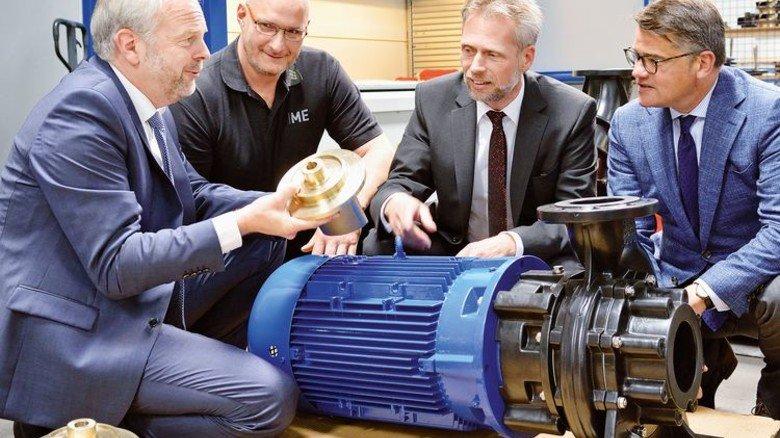 Begeistert vom neuen Laufrad: Sascha Korupp (HP), Burkhard Ziegler (TH Mittelhessen), Wolfram Kuhn (HP) und Minister Boris Rhein (von links). Foto: Scheffler