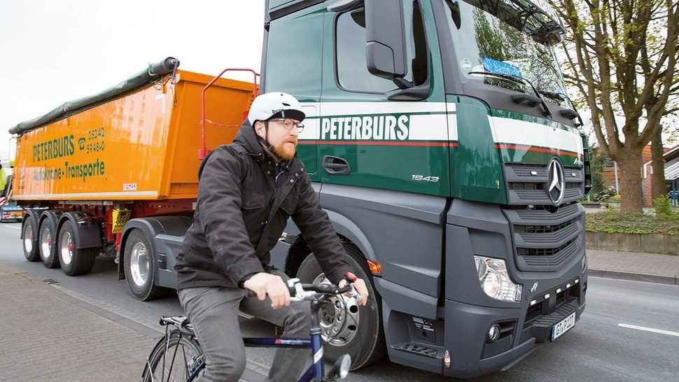 Macht LKW und Busse sicherer: Der Abbiege-Assistent von Daimler.