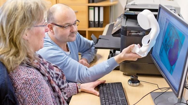 Konstruktion: Heiko Rosenow und Britta Arndt arbeiten mit Computersimulationen und 3-D-Druck. Foto: Moll