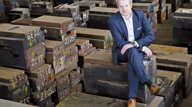 Durchnummeriert: Philipp-André Klever im Gesenkelager, wo rund die Hälfte der 2746 bislang gebauten Werkzeuge auf ihren erneuten Einsatz warten. Foto: Moll