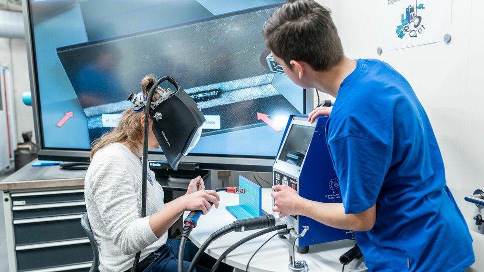 Gefahrlos ausprobieren: Auszubildende bei Freudenberg schweißen erst einmal virtuell.