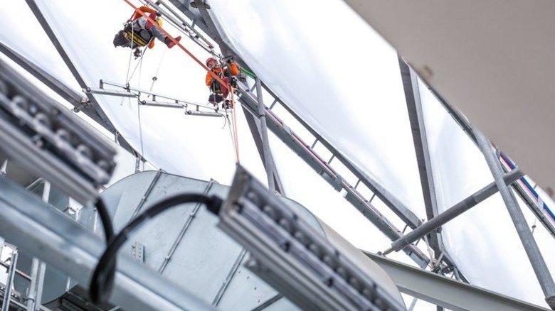 Alpinisten am Werk: Österreichische Bergsteiger bei der LED-Montage. Foto: Werk