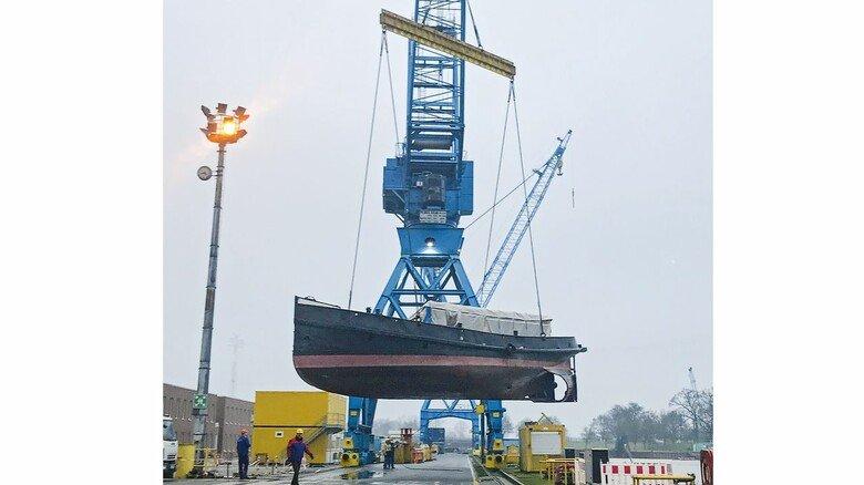 Am Haken: Nach der Ankunft in Papenburg wurde das Schiff mit einem Kran an Land gehoben und in die Halle 5 gebracht.