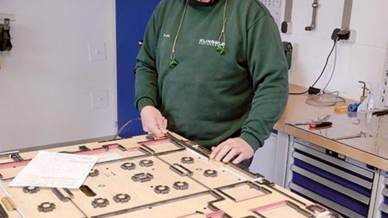 Jeder Millimeter zählt: Dieter Lutz kontrolliert ein angeliefertes Stanzwerkzeug. Foto: Scheffler