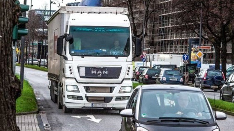 Ein Lkw in der Innenstadt: Die Hersteller haben in den letzten Jahren viel verbessert. Foto: Roth