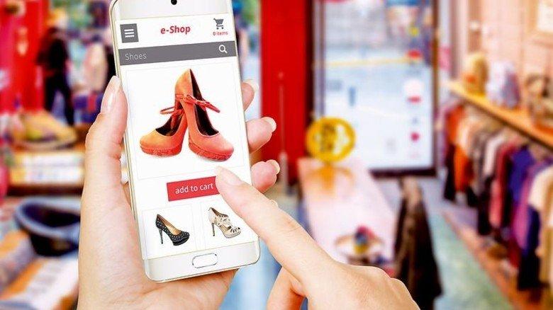 Einkauf per Smartphone: Der Kunde will alle Kaufkanäle nutzen. Foto: Fotolia