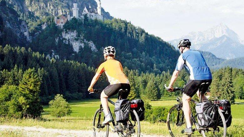 Im Blick: Auf Neuschwanstein fahren die Ausflügler auf der Schlössertour zu. Foto: Füssen Tourismus-und-Marketing-Gerhard-Eisenschink