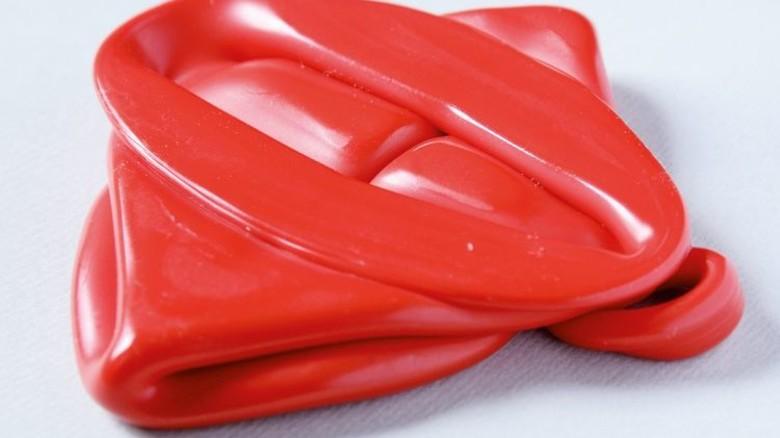 Hat es in sich: In diesem roten Klecks aus Polyethylen steckt die Info… Foto: Sturm