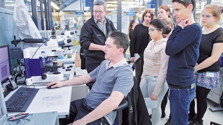 Hightech-Job: Die Schülerinnen schauen dem Qualitätsexperten über die Schulter. Foto: Gossmann
