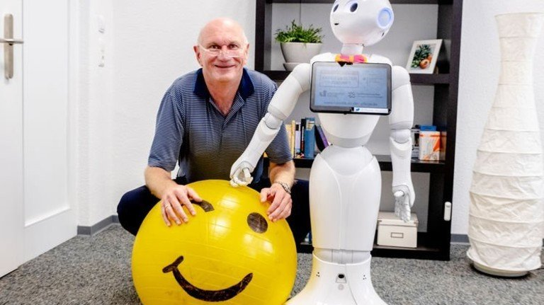 """Eingespielt: Rainer Wieching und """"Pepper"""", der freundliche Roboter. Foto: Roth"""
