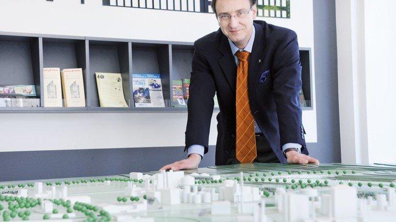 Hier ist noch Platz: Manager Arvid Friebe bietet Firmen in Zeitz Perspektiven. Foto: Sturm