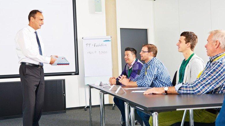 In seinem Element: Jörg Forderer (links) erklärt bei einer Schulung alles Wichtige und auch viel Faszinierendes über die Spülmaschinen von Winterhalter.