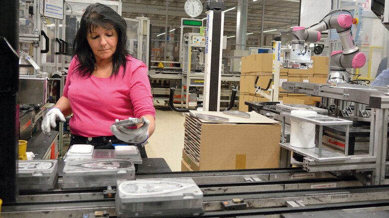 Kollege Roboter: Bei Rowenta übernehmen kollaborative Roboter (Kobots) zur Entlastung der Mitarbeiter monotone und schwere Arbeiten bei der Produktion von Bügeleisen.