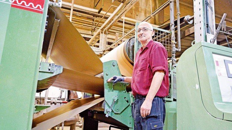 In der Produktion: Auf der Anlage, die Jörg Flatter und seine Kollegen betreuen, entsteht eine zweiwellige Wellpappe.