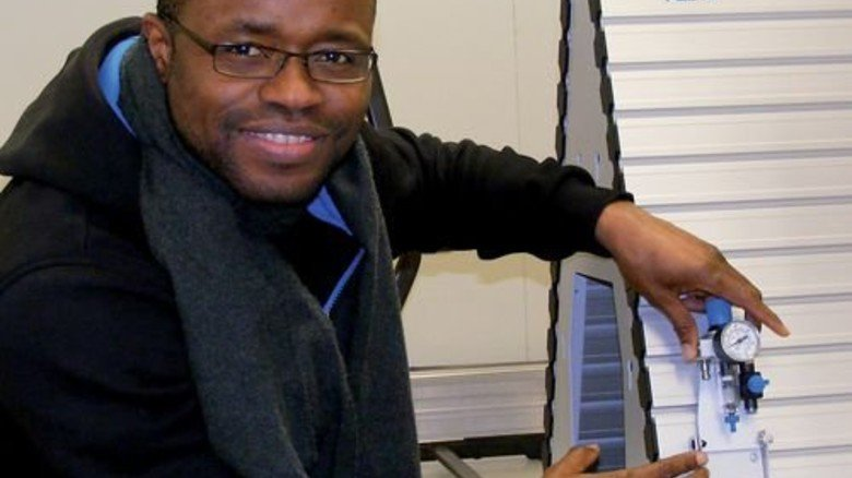 Gelungenes Integrationsprojekt: Darius Zozo absolvierte ein Praktikum bei Kuhse und bekam anschließend die Chance, dort eine Elektroniker-Ausbildung zu machen. Foto: Augustin