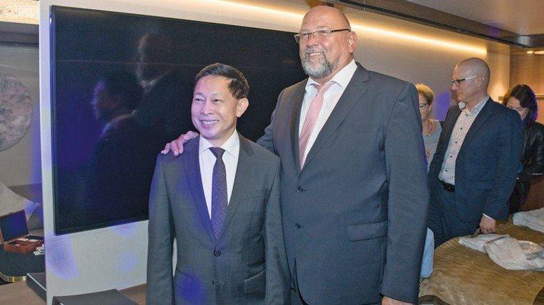 Gäste: Genting-Chef Colin Au (links) mit Wirtschaftsminister Harry Glawe. Foto: Werk