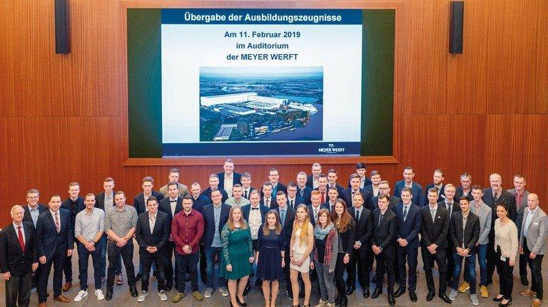 Gruppenbild mit Chef: Geschäftsführer Bernard Meyer (links) gratulierte den Absolventen.
