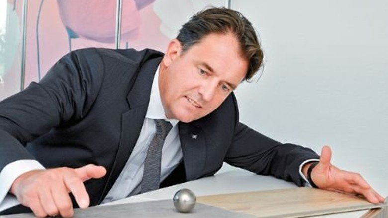 Pssst: Thomas Dulas demonstriert, wie leise das neue Laminat ist. Foto: Wirtz