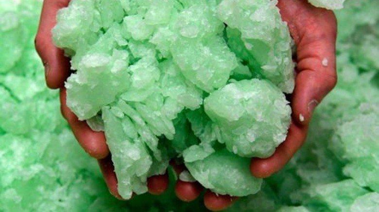 Seifenmasse: Das grüne, zart duftende Gemisch wird Schritt für Schritt in Form gebracht. Foto: Scheffler