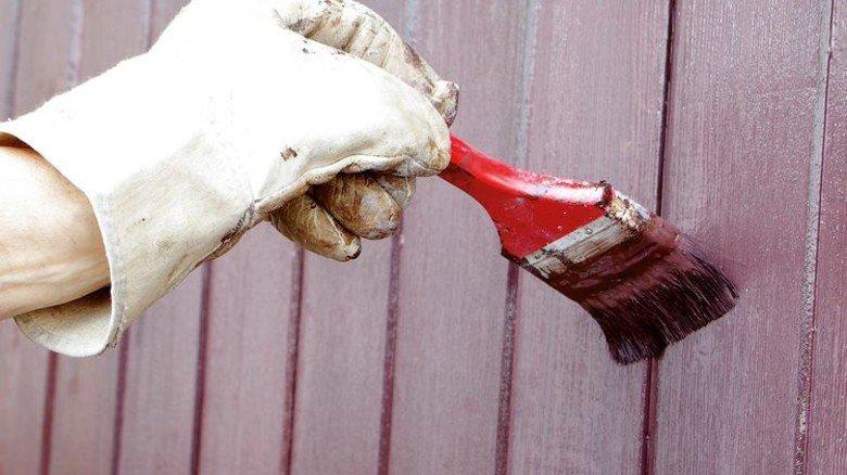 Schutz und Glanz: Der richtige Anstrich pflegt das Holz perfekt. Foto: Adobe Stock