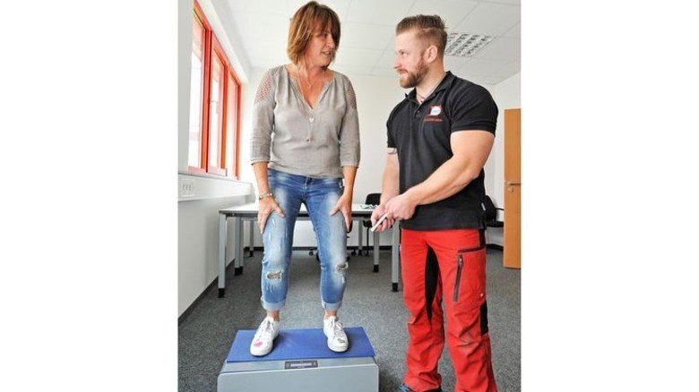 Auf dem Vibrationsboard: Christine Weber und Gesundheitslotse Raphael Armbruster. Foto: Sigwart