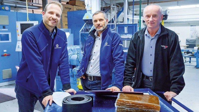 Know-how aus fast 40 Jahren: Die Erfahrung von Chemiker Jacek Kosdruy (rechts) ist wichtig für Kevin Krause und Wissensmoderator Paavo Zelazo (von links).