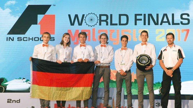 Sieger-Ehrung: Das Team aus Kronshagen trat gegen 49 Konkurrenten aus 27 Ländern an und holte den dritten Platz. Im Frühjahr waren die Schüler deutscher Vizemeister geworden. Foto: Veranstalter