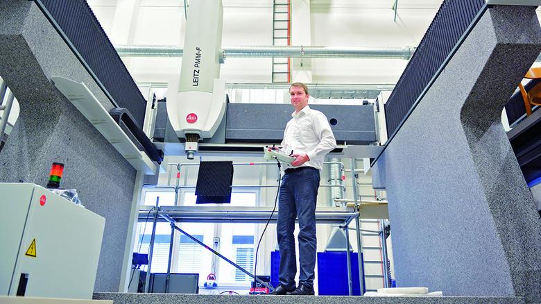 40 Tonnen Granit plus Hightech: Jochen Mohn in einer Messmaschine für Großbauteile. Foto: Scheffler