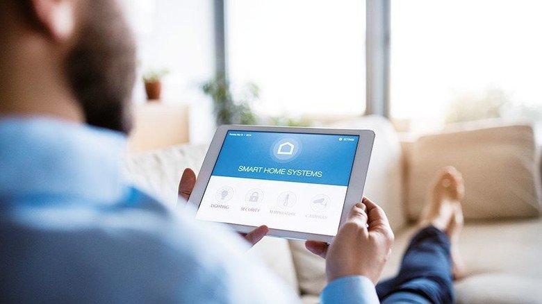 Alles im Blick: Das Tablet wird im Smarthome zur Steuerzentrale. Foto: Adobe Stock