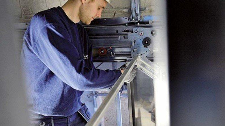 Einbau: Monteur Markus Mißfeldt installiert einen Aufzug. Foto: Bahlo