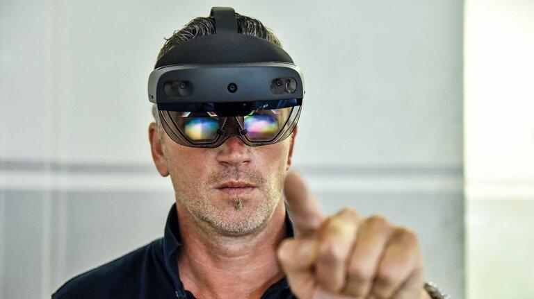 Durchblick: Projektleiter Stefan Lengowski mit der Holo-Brille.