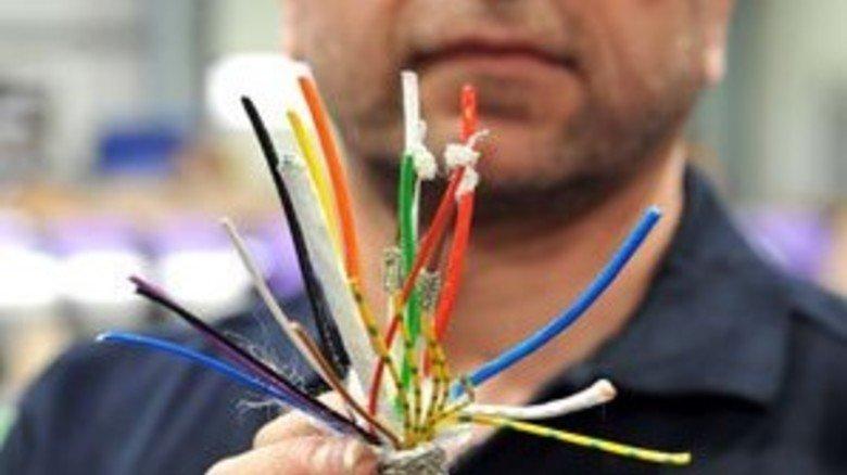 Letzte Instanz: Alfons Lake prüft die Kabel auf Qualität, ehe sie ihre Reise zum Kunden antreten. Foto: Bahlo