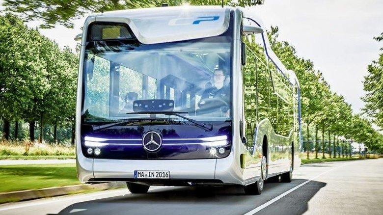 Fahrer nur Wächter: Der Citypilot lenkt den Bus ohne menschliches Zutun. Foto: Werk