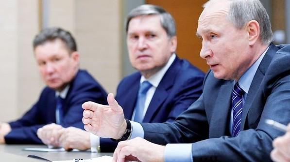 Harter Verhandler: Der russische Präsident Wladimir Putin (rechts) mit seinen Beratern. Foto: dpa