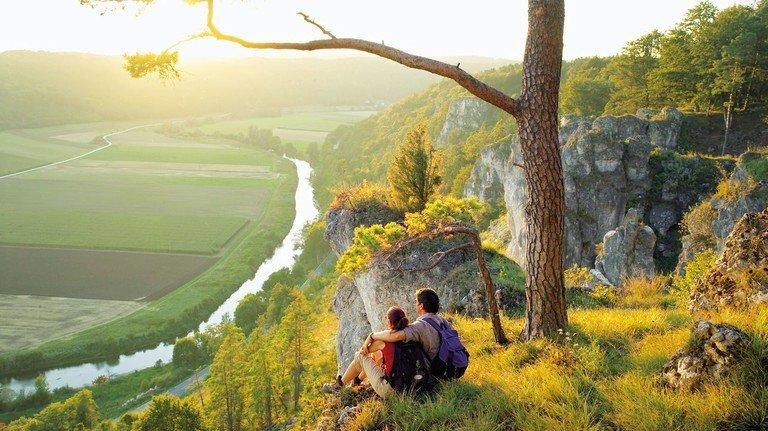 Weiter Blick: Wanderer genießen die Aussicht im Altmühltal.