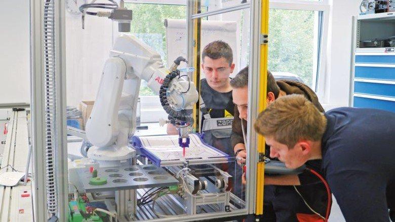Programmieren: Schon in der Ausbildung wird der Umgang mit Kollege Roboter trainiert. Foto: higo