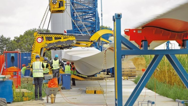 Am Ziel: Der Transport der langen Rotorblätter war eine logistische Herausforderung. Foto: Werk
