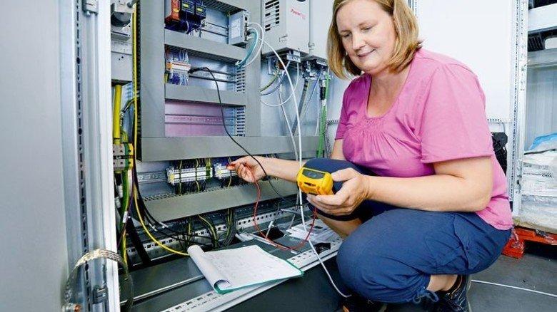 Sie misst genau: Judith Börsch ist eine der 65 Mitarbeiterinnen und Mitarbeiter bei Rubicon in Halle. Foto: Sturm