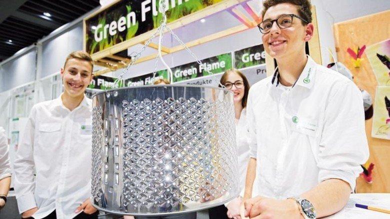 Recycling: Schüler zerlegen Waschmaschinen und bauen aus den Trommeln Feuerkörbe. Foto: Mierendorf