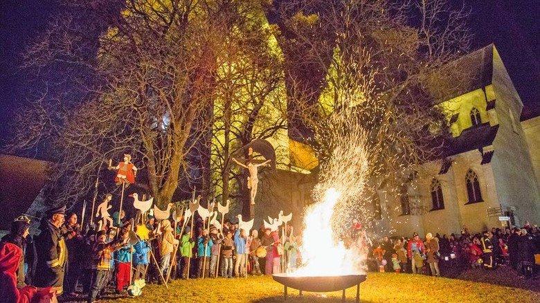 Loderndes Martinsfeuer: In vielen Gemeinden ist das noch Tradition. Foto: Kiderle