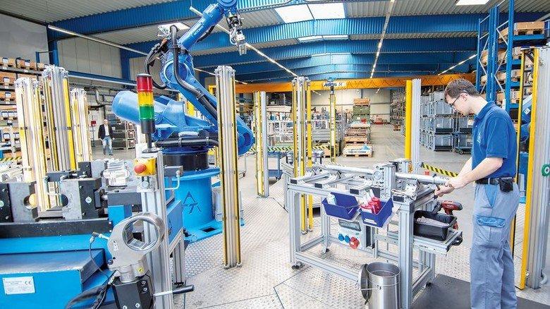 Fertigung bei Tracto-Technik in Lennestadt: Pascal Hennecke mit Montageroboter für Erdraketen. Foto: Moll