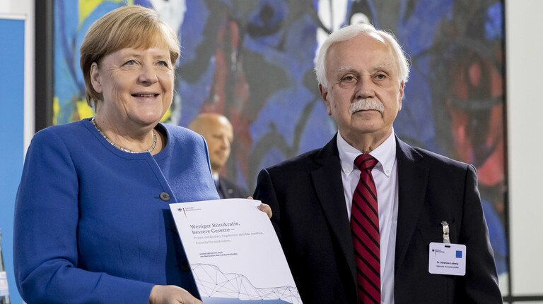 Schon ein Ritual: NKR-Vorsitzender Johannes Ludewig übergab den Bürokratie-Jahresbericht 2019 persönlich an die Bundeskanzlerin. 2020 fand der Termin digital statt.