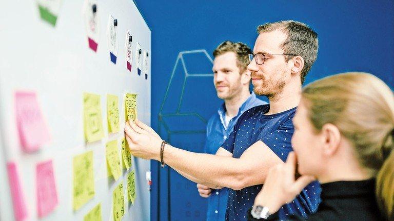 Doch lieber ein Schritt zurück? Beim agilen Arbeiten werden verschiedene Wege ausprobiert. Zur Not muss man umdrehen und eine andere Richtung einschlagen. Die Teams sammeln viele Ideen – oft auf bunten Post-its.