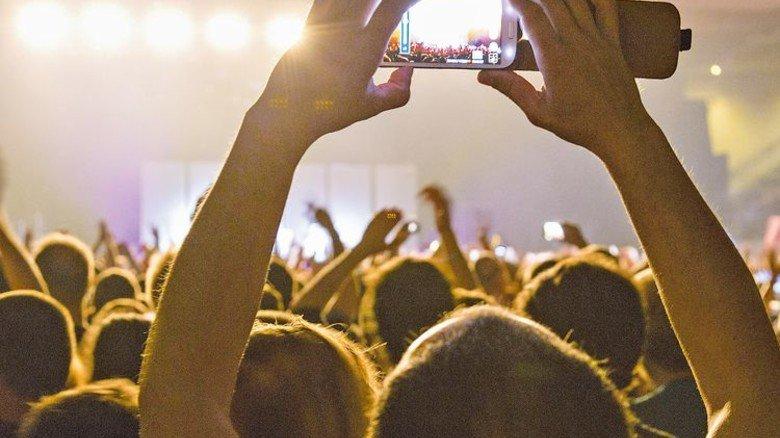 Authentisch: Handy-Videos aus der Menge können mit digitaler Technik schnell in Live-Übertragungen integriert werden. Foto: Imago