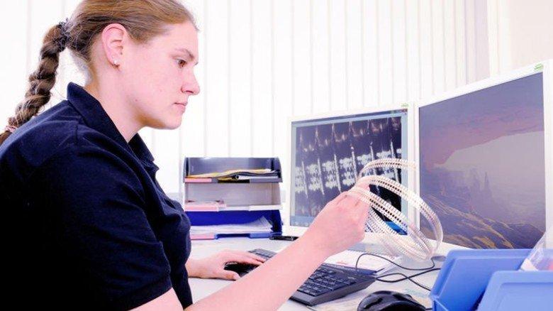 Recherche: Die junge Frau sucht am PC die Daten der verzinkten und vergoldeten Bandware. Foto: Wirtz