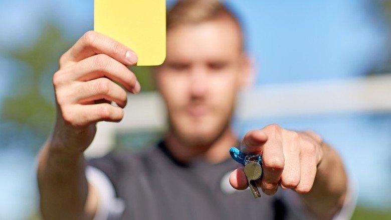 Gelbe Karte: Die gibt es oft genug beim Fußball. Im Job übernimmt ihre Funktion die Abmahnung. Foto: AdobStock