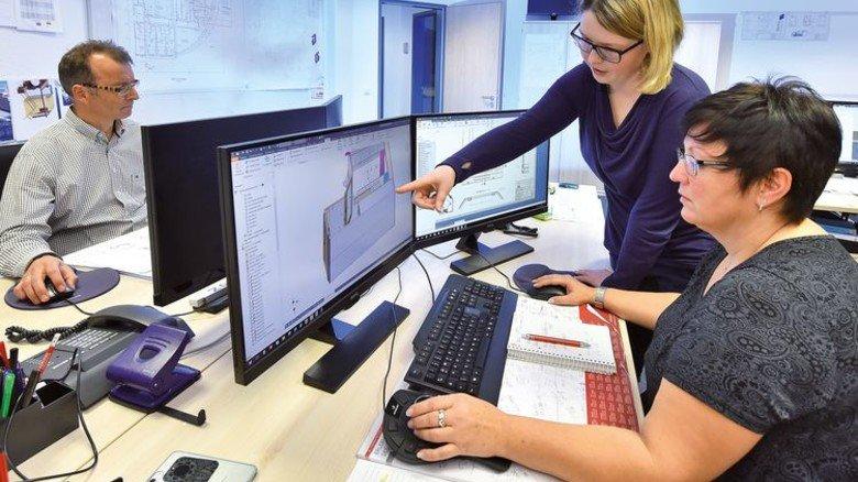 Detailarbeit: Marita Matrisch (vorn) mit einer Kollegin im Konstruktionsbüro. Foto: Augustin