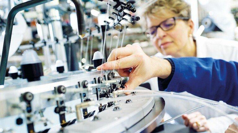 Eingefädelt: Forscherin Ellen Bendt an der Maschine von Mayer & Cie., die Fleecestoffe strickt.